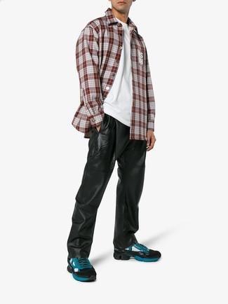 Comment porter: chemise à manches longues écossaise bordeaux, t-shirt à col rond blanc, pantalon de jogging en cuir noir, chaussures de sport bleu canard