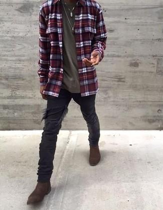 Comment s'habiller à 30 ans: Marie une chemise à manches longues écossaise bordeaux avec un jean déchiré noir pour une tenue idéale le week-end. Une paire de bottines chelsea en daim marron foncé apportera une esthétique classique à l'ensemble.