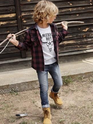 Comment porter: chemise à manches longues bordeaux, t-shirt blanc, jean gris, bottes marron clair