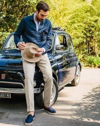 Comment porter un chapeau: Essaie d'associer une chemise à manches longues à rayures verticales bleu clair avec un chapeau pour une tenue relax mais stylée. Une paire de espadrilles en toile bleu marine apportera une esthétique classique à l'ensemble.