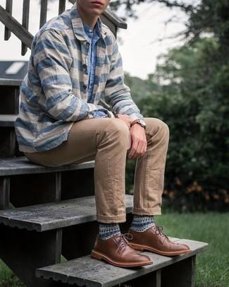Comment porter une chemise à manches longues en chambray bleu clair: Pour une tenue de tous les jours pleine de caractère et de personnalité harmonise une chemise à manches longues en chambray bleu clair avec une chemise à manches longues à rayures horizontales blanc et bleu. Ajoute une paire de chaussures derby en cuir marron à ton look pour une amélioration instantanée de ton style.