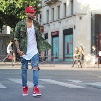 Comment porter: chemise à manches longues camouflage verte, débardeur blanc, jean déchiré bleu, baskets montantes rouges
