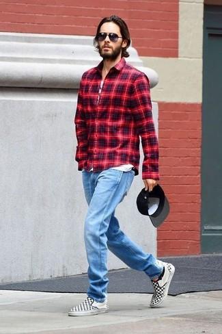 Comment porter: chemise à manches longues écossaise rouge, débardeur imprimé blanc, jean bleu clair, baskets à enfiler en toile à carreaux noires et blanches