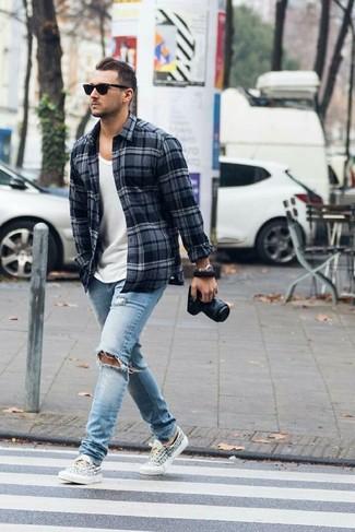 Comment porter: chemise à manches longues en flanelle écossaise gris foncé, débardeur blanc, jean déchiré bleu clair, baskets basses en toile imprimées blanches et noires