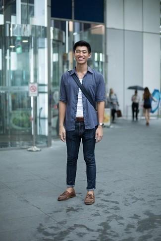 Comment porter une chemise à manches longues bleue: Essaie de marier une chemise à manches longues bleue avec un jean bleu marine pour un déjeuner le dimanche entre amis. Une paire de des chaussures bateau en cuir marron est une option avisé pour complèter cette tenue.