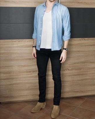Comment porter des bottines chelsea en daim beiges: Pour une tenue de tous les jours pleine de caractère et de personnalité porte une chemise à manches longues bleu clair et un jean noir. D'une humeur audacieuse? Complète ta tenue avec une paire de des bottines chelsea en daim beiges.