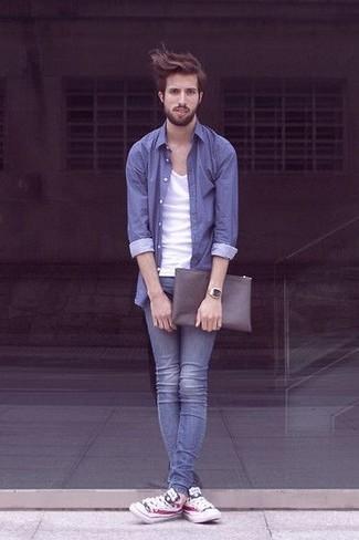 Comment porter: chemise à manches longues bleue, débardeur blanc, jean skinny bleu, baskets basses imprimées blanches