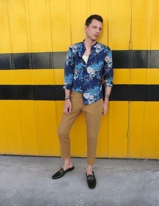 Comment porter: chemise à manches longues à fleurs bleue, débardeur blanc, pantalon chino marron clair, slippers en cuir noirs