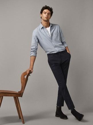 Comment porter une chemise à manches longues en chambray bleu clair: Pense à associer une chemise à manches longues en chambray bleu clair avec un pantalon chino à rayures verticales bleu marine pour un look de tous les jours facile à porter. Transforme-toi en bête de mode et fais d'une paire de des bottines chelsea en daim marron foncé ton choix de souliers.