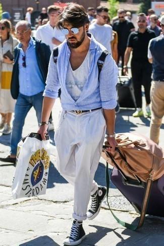 Comment porter des baskets: Porte une chemise à manches longues en lin bleu clair et un pantalon chino blanc pour obtenir un look relax mais stylé. Tu veux y aller doucement avec les chaussures? Complète cet ensemble avec une paire de des baskets pour la journée.