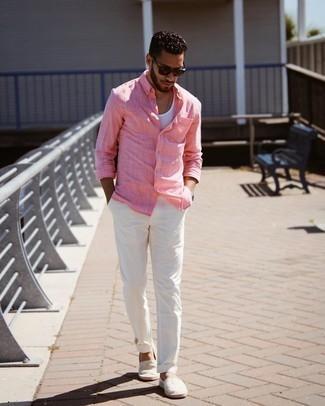 Tendances mode hommes: Opte pour une chemise à manches longues rose avec un pantalon chino blanc pour une tenue confortable aussi composée avec goût. Une paire de espadrilles en toile à rayures horizontales grises est une option avisé pour complèter cette tenue.