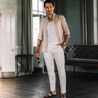 Comment s'habiller quand il fait très chaud: Pense à harmoniser une chemise à manches longues en lin beige avec un pantalon de costume blanc pour une silhouette classique et raffinée. Pour les chaussures, fais un choix décontracté avec une paire de sandales en cuir marron foncé.