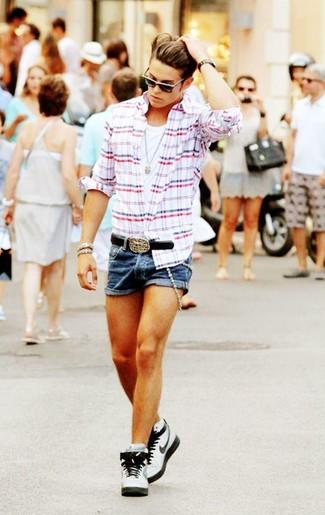 Comment porter: chemise à manches longues écossaise blanc et rouge et bleu marine, débardeur blanc, short en denim bleu, baskets montantes en cuir blanches