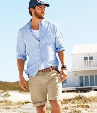 Comment porter une ceinture en cuir tressée marron clair: Pense à porter une chemise à manches longues bleu clair et une ceinture en cuir tressée marron clair pour une tenue idéale le week-end.