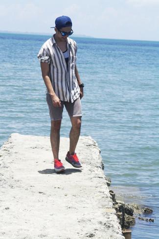 Comment porter: chemise à manches longues à rayures verticales grise, débardeur gris, short en denim gris, chaussures de sport roses