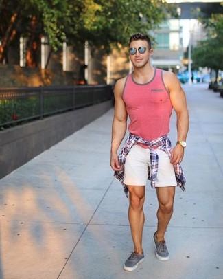 Comment porter: chemise à manches longues écossaise blanc et rouge et bleu marine, débardeur rose, short blanc, baskets basses grises