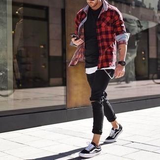 Comment porter un t-shirt à col rond noir: Harmonise un t-shirt à col rond noir avec un jean skinny déchiré noir pour un look confortable et décontracté. Une paire de baskets basses en toile noires et blanches rendra élégant même le plus décontracté des looks.