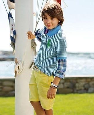 Comment porter: chemise à manches longues écossaise bleue, polo à rayures horizontales turquoise, short jaune