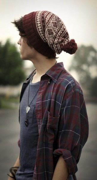Comment porter: chemise à manches longues écossaise bordeaux, t-shirt à col rond gris foncé, bonnet en jacquard bordeaux