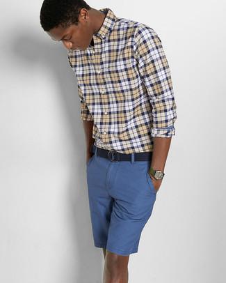 Comment porter une ceinture en toile bleu marine: Choisis une chemise à manches longues écossaise jaune et une ceinture en toile bleu marine pour une tenue idéale le week-end.