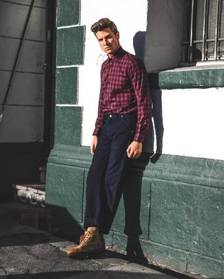 Comment porter: chemise à manches longues écossaise rouge et bleu marine, jean bleu marine, bottes de travail en cuir marron