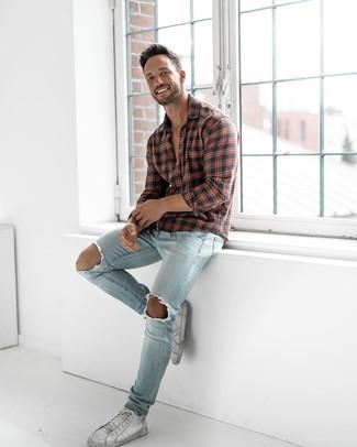 Comment porter: chemise à manches longues écossaise rouge et noir, jean skinny déchiré bleu clair, baskets montantes en cuir blanches