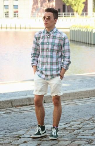 Comment porter: chemise à manches longues écossaise vert menthe, short blanc, baskets montantes vert foncé