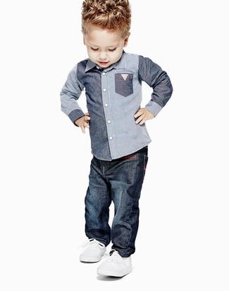 Comment porter: chemise à manches longues en chambray bleue, jean bleu marine, baskets blanches
