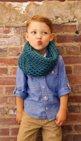 Comment porter: chemise à manches longues en chambray bleue, pantalon marron clair, écharpe bleu canard