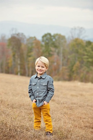Comment porter: chemise à manches longues en chambray bleue, pantalon orange, bottines chukka marron foncé
