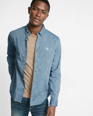 Comment porter: chemise à manches longues en chambray bleue, t-shirt à col rond marron clair, jean bleu