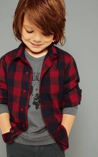Comment porter: chemise à manches longues en flanelle rouge, t-shirt à manche longue gris, pantalon gris foncé
