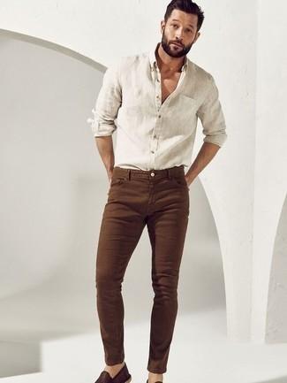 Comment porter des espadrilles: Essaie de marier une chemise à manches longues en lin blanche avec un jean skinny marron pour un look de tous les jours facile à porter. Jouez la carte classique pour les chaussures et fais d'une paire de espadrilles ton choix de souliers.
