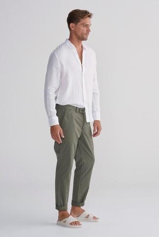 Comment porter: chemise à manches longues en lin blanche, pantalon chino olive, sandales en cuir blanches