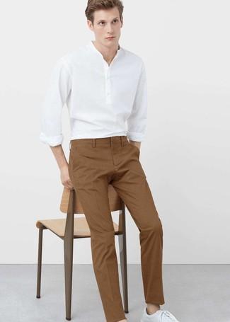 Comment porter: chemise à manches longues en lin blanche, pantalon chino tabac, baskets basses en cuir blanches