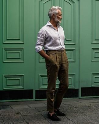 Comment porter des slippers en velours noirs: Associe une chemise à manches longues en lin blanche avec un pantalon de costume en lin olive pour dégager classe et sophistication. Termine ce look avec une paire de des slippers en velours noirs.