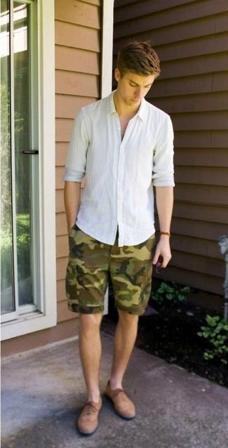 Comment porter: chemise à manches longues en lin blanche, short camouflage olive, chaussures brogues en daim marron clair
