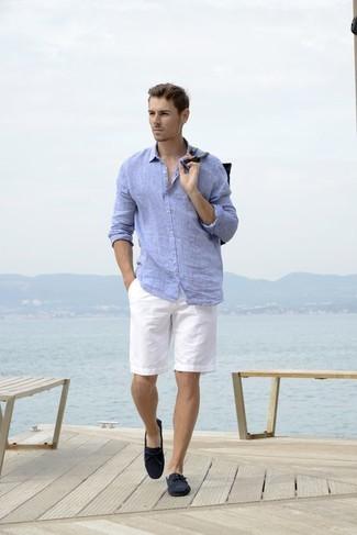 Comment porter: chemise à manches longues en lin bleu clair, short blanc, mocassins en daim bleu marine