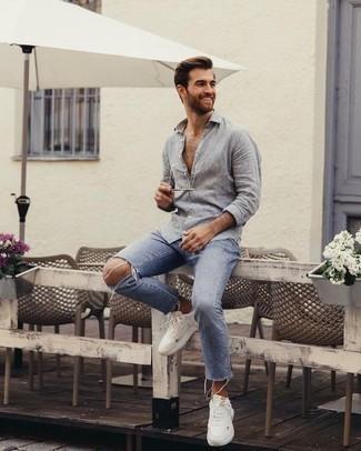 Comment porter un jean déchiré bleu clair: Pour une tenue aussi confortable que ton canapé, essaie de marier une chemise à manches longues en lin grise avec un jean déchiré bleu clair. Une paire de des chaussures de sport blanches apporte une touche de décontraction à l'ensemble.