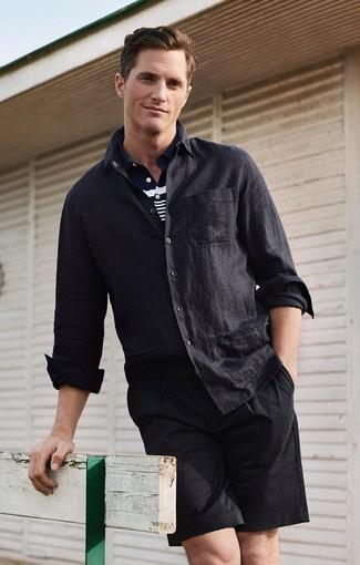 Comment porter: chemise à manches longues en lin noire, polo à rayures horizontales bleu marine et blanc, short noir