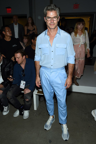 Comment porter un pantalon: Essaie d'associer une chemise à manches longues en soie bleu clair avec un pantalon pour une tenue idéale le week-end. Termine ce look avec une paire de des baskets basses bleu clair pour afficher ton expertise vestimentaire.