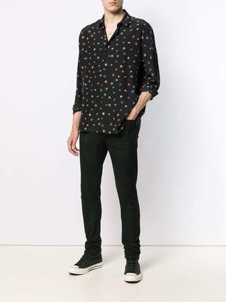 Comment porter: chemise à manches longues en soie imprimée noire, jean noir, baskets montantes en toile noires