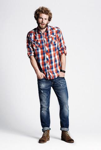 Comment porter: chemise à manches longues en vichy blanc et rouge et bleu marine, jean skinny déchiré bleu marine, bottes de loisirs en daim marron