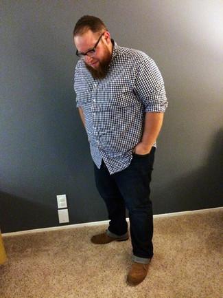 Comment porter: chemise à manches longues en vichy bleu marine, jean bleu marine, bottines chukka en daim marron