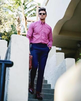 Comment porter: chemise à manches longues fuchsia, pantalon de costume bleu marine, chaussures richelieu en cuir bordeaux, serviette en cuir marron