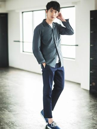 Comment porter: chemise à manches longues gris foncé, t-shirt à col rond blanc, pantalon de costume gris foncé, baskets basses bleu marine
