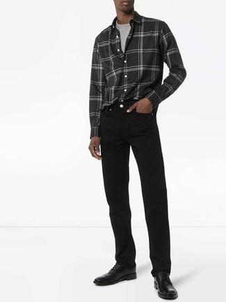 Comment porter: chemise à manches longues en flanelle écossaise gris foncé, t-shirt à col rond gris, jean noir, chaussures derby en cuir noires