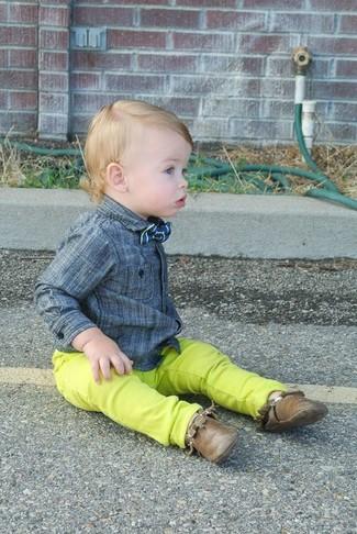 Comment porter: chemise à manches longues grise, jean chartreuse, bottines chukka marron, nœud papillon bleu