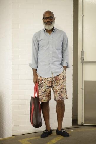 Comment porter: chemise à manches longues grise, short imprimé multicolore, slippers en daim bleu marine, sac fourre-tout en cuir marron foncé