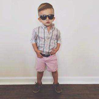 Comment porter: chemise à manches longues grise, short rose, chaussures bateau marron foncé